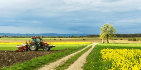 Traktor auf dem Feld bei der Arbeit