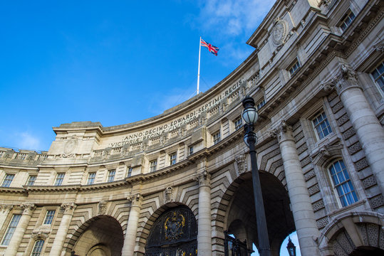 Admiralty Arch. Runs between the Mall and Trafalgar Square
