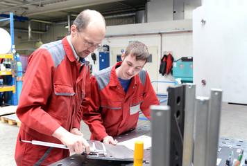 Meister und Azubi in der Industrie / Berufsausbildung