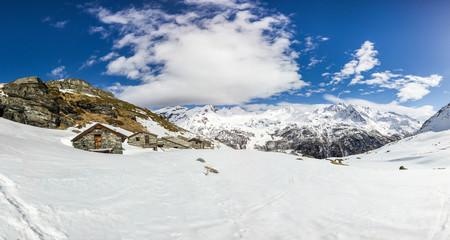 Wall Mural - Panorama invernale in montagna con alpeggio