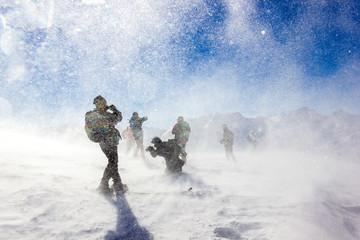 Bufera e tormenta di neve con persone