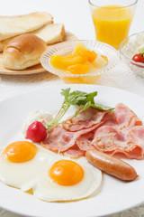 目玉焼きの朝食
