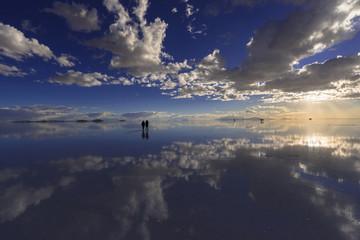 Fototapete - ミラーレイク・ウユニ塩湖の夕景