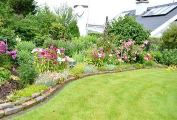 schöner Garten mit Haus im Hintergrund