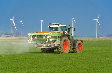 XXX - Traktor mit Düngerstreuer auf dem Kornfeld - 8994