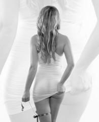 Rückenansicht einer blonden Frau im weißen Top