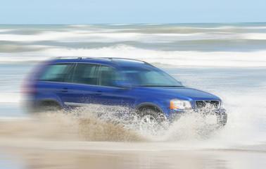 海岸を疾走する車 car which runs at full speed at the shore