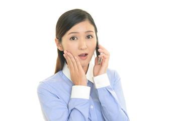 スマートフォンで会話中の女性