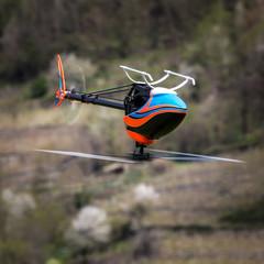 elicottero rc in volo rovescio