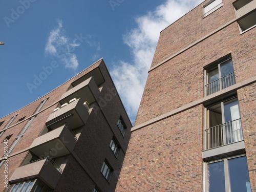 Moderne wohnh user mit klinkenfassade und eckbalkon for Moderne wohnhauser
