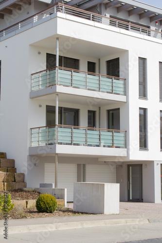 Modernes wohnhaus mit balkon stockfotos und lizenzfreie for Modernes wohnhaus