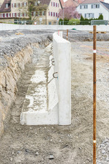 Neue Betonmauer aus Fertigteilen