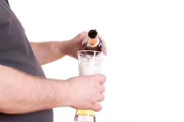mit Bierbauch bier eingießen - isoliert