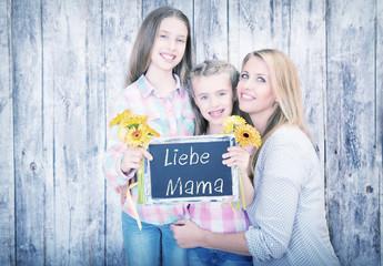 Mama mit Töchtern und Tafel