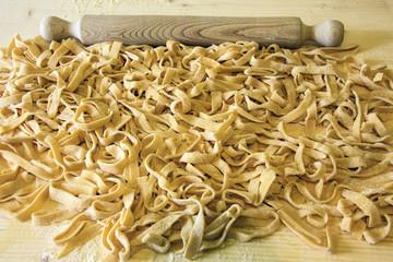Fettuccine all'uovo, la lavorazione la pasta con il mattarello