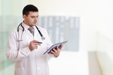 Doctor showing tablet pc in hospital - Stock Image