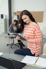 junge geschäftsfrau arbeitet am tablet-pc