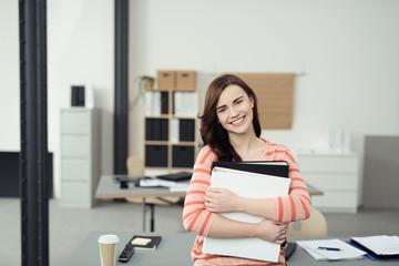 auszubildende mit aktenordnern im büro