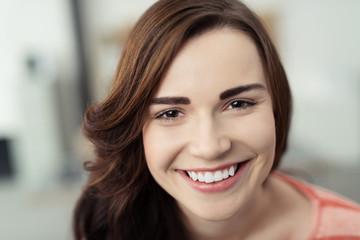 sympathische junge frau lächelt in die kamera