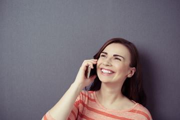 lachende frau telefoniert mit ihrem handy