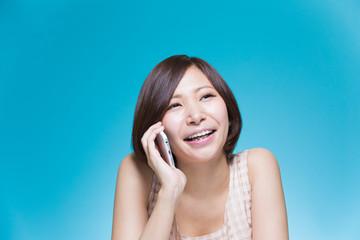 通話 自然な笑顔の女性