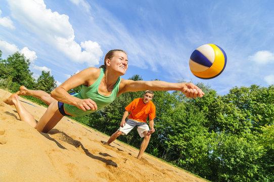 Action beim Beachvolleyball