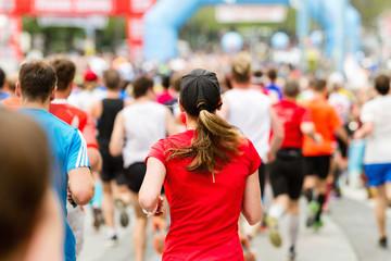 Frau beim Zieleinlauf Marathon