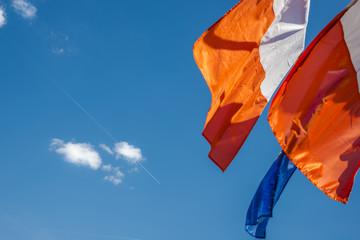 drapeaux français et européen sur ciel bleu