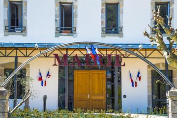 mairie entrée avec drapeaux