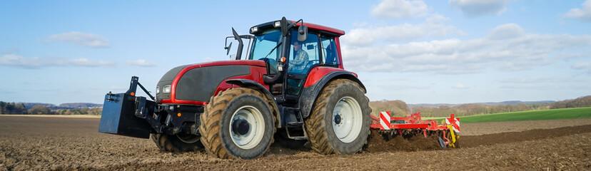 Ackerbau - Landwirt bei der Bodenbearbeitung, Breitformat