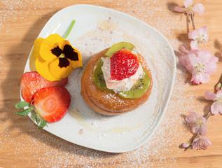 Babà alla frutta con fiori e zucchero al velo