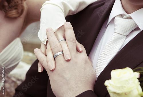 Hande Mit Silbernen Hochzeitsringen Stockfotos Und Lizenzfreie