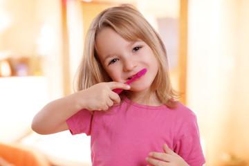 hübsches Kind beim Zähne putzen