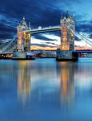 Photo sur Plexiglas Londres Tower Bridge in London, UK, by night