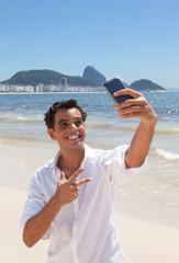 Junger Mann macht ein Selfie an der Copacabana
