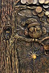 Сова на ветке дерева