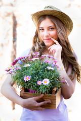 Frau nachdenklich mit Blumen