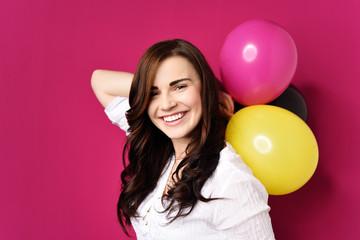 glückliche frau mit luftballons
