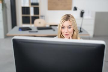 junge frau arbeitet in einem modernen büro