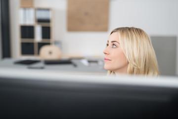 junge angestellte im büro schaut nach oben