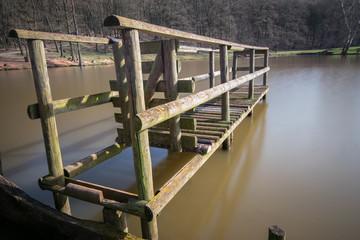 Brücke aus Holz am See - lange Belichtung - weiches Wasser