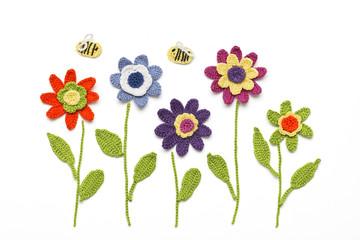 gehäkelte Blumen mit Bienen