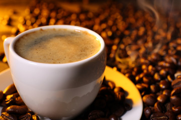 Foto op Canvas koffiebar Cup of coffee with grains, closeup
