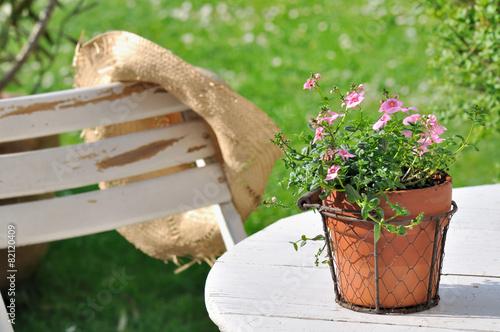 pot de fleurs sur table de jardin\