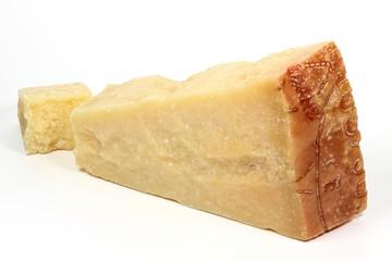 italienischer Grana Padano Käse isoliert auf weißem Hintergrund