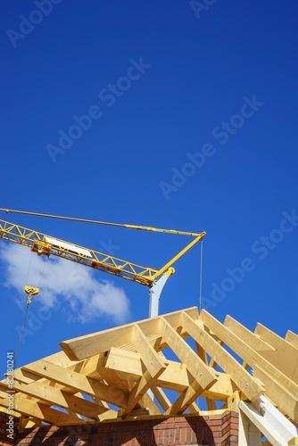 Hausbau dachstuhl mit holzsparren baukran stockfotos und lizenzfreie bilder auf - Holzsparren kaufen ...