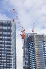 建設中の高層ビルとマンション(東京ベイエリア)
