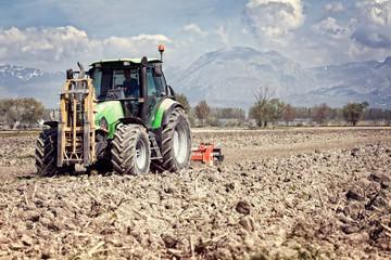 Cerca immagini trattorista for Livellare terreno
