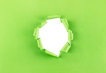 Loch in grünem Papier