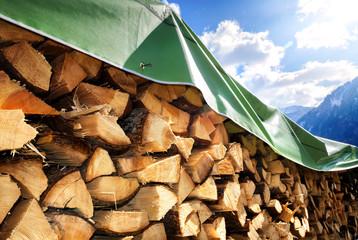 Holzlager Brennholz Lagerung draußen mit atmungsaktiver Plane
